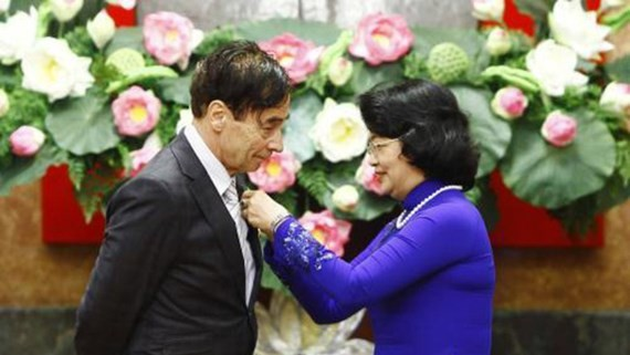 Vice State President of Vietnam Nguyen Thi Ngoc Thinh offers the Friendship Order  to Prof. Odon Vallet.