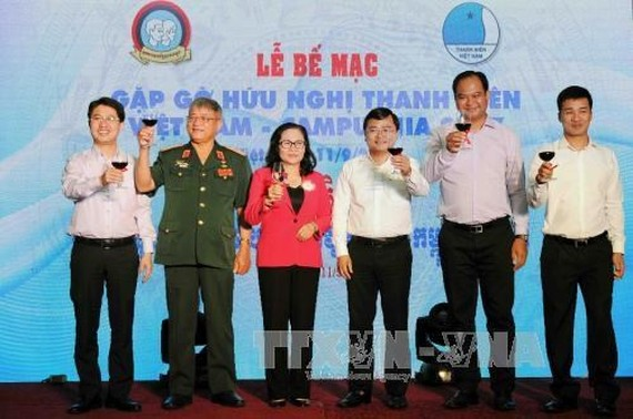 Vietnamese and Cambodian delegates raise glasses to round off the Vietnam - Cambodia youth friendship meeting 2017 (Photo: VNA)