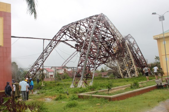 Powerful wind blows up 100 m- high transmission antenna at the radio and television station of Ky Anh town