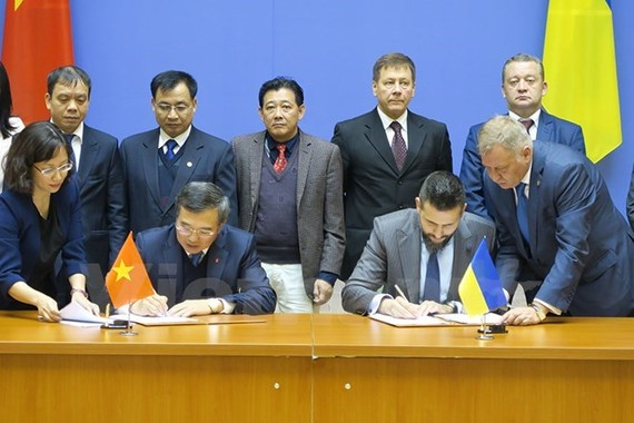 The two delegation heads sign the minutes of the Vietnam-Ukraine Inter-Governmental Committee on Economic-Trade and Scientific-Technological Cooperation's 14th meeting (Source: VNA)