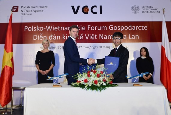 Representatives of Vietnam Airlines and Polish Airlines  co-sign cooperation agreement with its target of bringing more benefits and choices for their passengers.