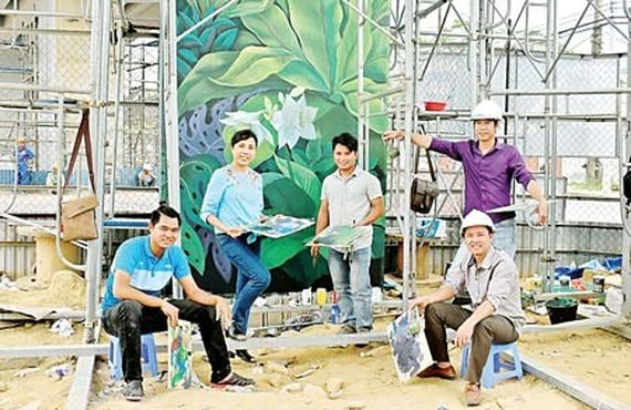 The mural painting is made by artist Nguyen Thu Thuy and her colleagues of the New Hanoi Art Company.  (Photo: Sggp)
