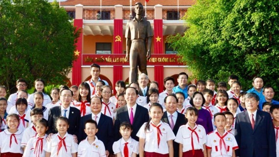 President Tran Dai Quang, leaders and students of Ho Chi Minh City visit Ho Chi Minh Musuem. (Photo: Sggp)