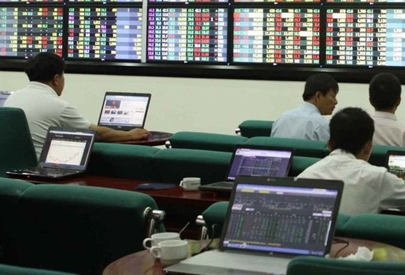 Investors track market fluctuations on the Maybank Kim Eng trading floor in HCM City (Photo: VNA)