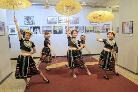 A dancing performance in the opening ceremony of the event (Photo: VNA)