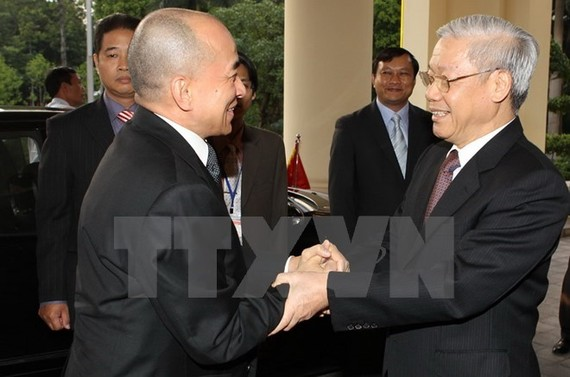 Party General Secretary Nguyen Phu Trong (R) welcomes Cambodian King Norodom Sihamoni during the latter's visit to Vietnam in 2012 (Photo: VNA)