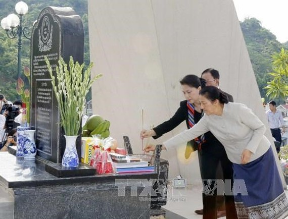 Vietnamese NA Chairwoman Nguyen Thi Kim Ngan (in black suit) and her Lao counterpart offer incense at the historic relic site of Tay Tien Regiment 52 (Photo: VNA)