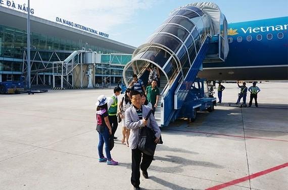 Passengers get off an plane at Da Nang International Airport (Source: vietnamnet.vn)