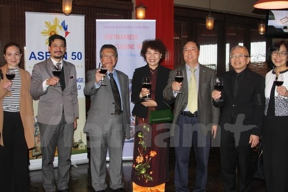 Ambassadors of the ASEAN member states to South Africa at the culture week to introduce Vietnam's traditional culture, tourist potential, festivals and standout cuisine. (Photo: VNA)