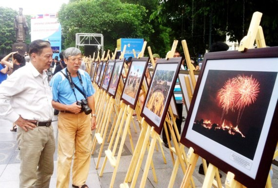 """Photo exhibition on """"ASEAN Peoples and Countries"""" opens in Hanoi.  (Photo: Sggp)"""