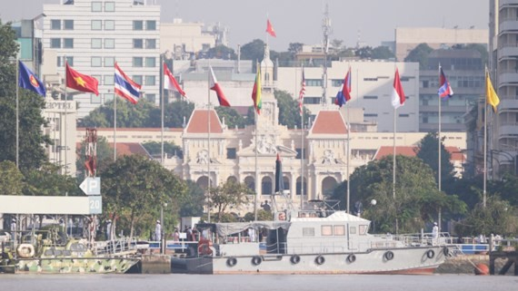The flag raising ceremony celebrating the 50th Anniversary of ASEAN in HCMC (Photo: Sggp)