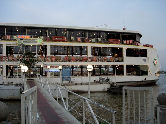 A floating restaurant in Bach Dang Pier. (Photo: KK)