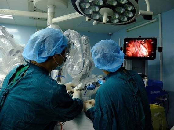 Doctors at Binh Dan Hospital in HCM City have used a robot for the first time in Vietnam to perform surgery to treat lung cancer (Photo Coutersy of Binh Dan Hospital)