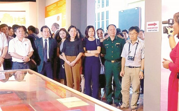 "First print of ""Duong Kach Menh"" introduced to public"