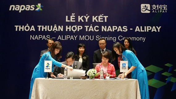 A deal between Alipay and Napas will allow customers to use the service. (Photo: Nhandan)