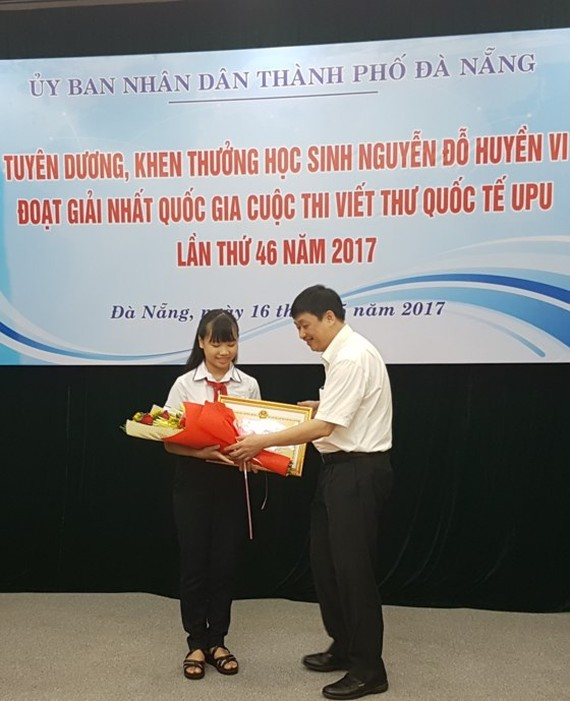 Deputy Chairman of People's Committee Dang Viet Dung congratulates the winner (Photo: SGGP)