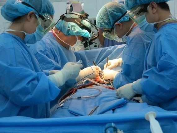 Doctors conduct the heart surgery for the patient (Photo: VNA)