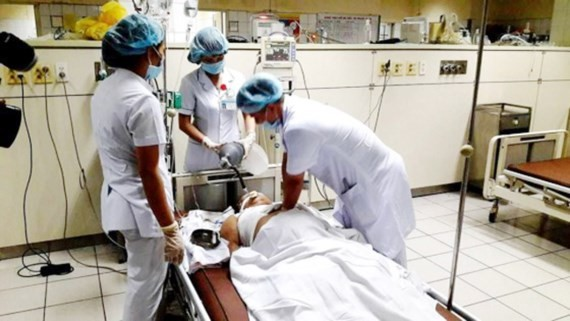 Medical workers concentrate on treating patients suffering shock in the incident (Photo: SGGP)