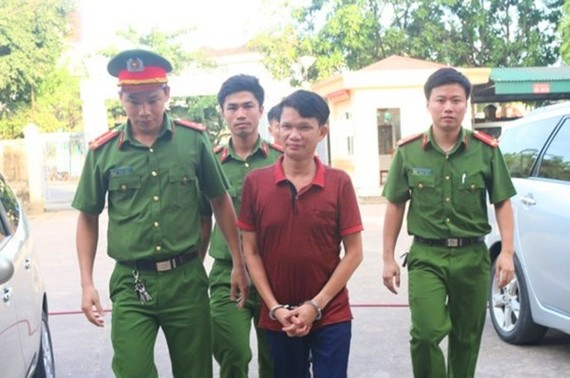 The director who commits tax evasion is escorted by police officers (Photo: SGGP)