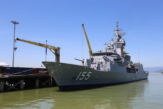 Ship HMAS Ballarat (FFH 155) from the Royal Australian Navy docks at the central city's Tiên Sa Port yesterday, beginning its four-day friendship visit to Danang. VNS Photo Le Lam