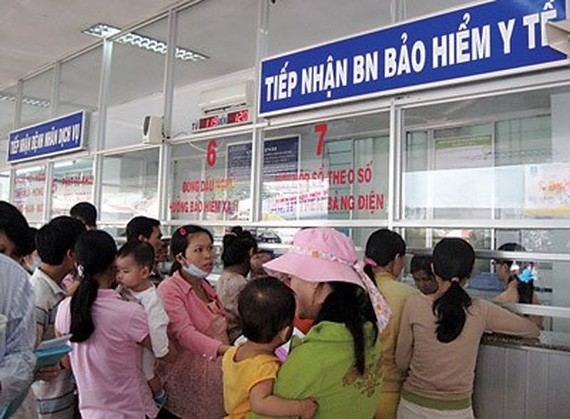 Insured patients are queuing in front of booth in hospitals (Photo: SGGP)