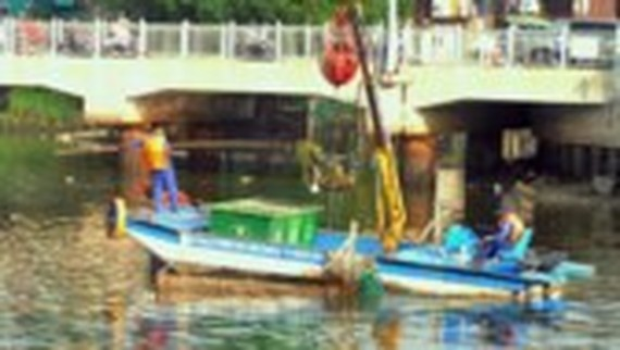 Collecting rubbish in rivers in Ho Chi Minh City to keep the environment clean (Photo: SGGP)