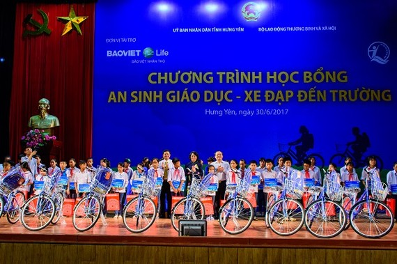 Vice President presents gifts to poor students in Hung Yen (Source: hungyentv.vn)