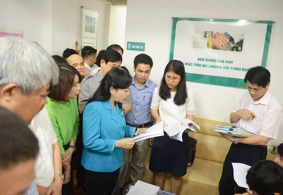 The Health Minister and inspectors pay visit to a private clinic in Hanoi to check quality (Photo: SGGP)