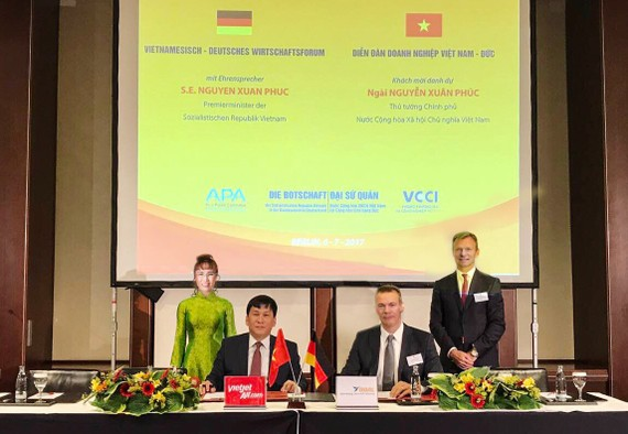 Vietjet Vice President Dinh Viet Phuong (2nd, left) and GOAL Managing Director Jochen Baltes (2nd, right) signed the contract under the witness of Vietjet President & CEO Nguyen Thi Phuong Thao (1st, left) and KGAL CEO Gert Waltenbauer (1st, right).