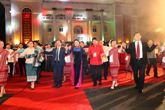 Lao National Assembly Chairwoman Pany Yathotou (front, second, left) and her Vietnamese countepart Nguyen Thi Kim Ngan join a traditional dance at the opening ceremony of the festival on July 5 (Photo: VNA)