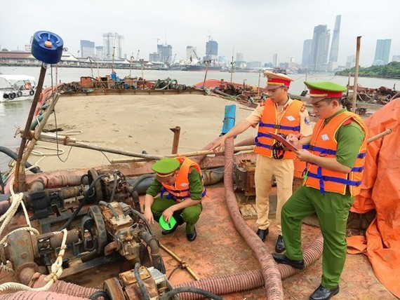 Environmental police are inspect a sand dredging boat (Photo: SGGP)