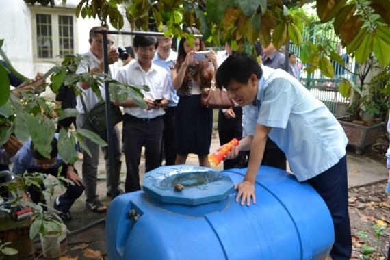 Deputy Health Minister Nguyen Thanh Long checks dengue prevention (Photo: SGGP)