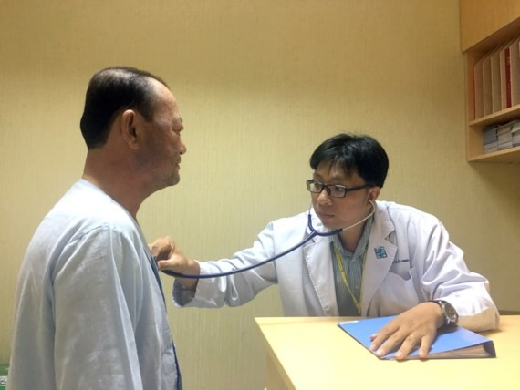 A diabetes patient is examined (Photo: SGGP)