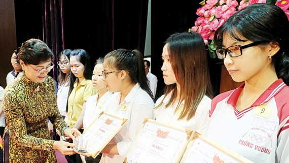 Ms. Nguyen Thi Quyet Tam presents scholarships to students (Photo: SGGP)