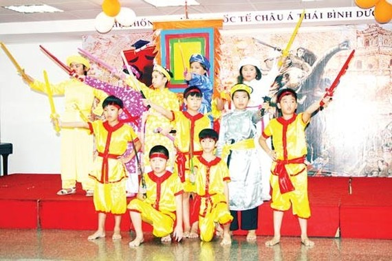 Students play acts in history story (Photo: SGGP)