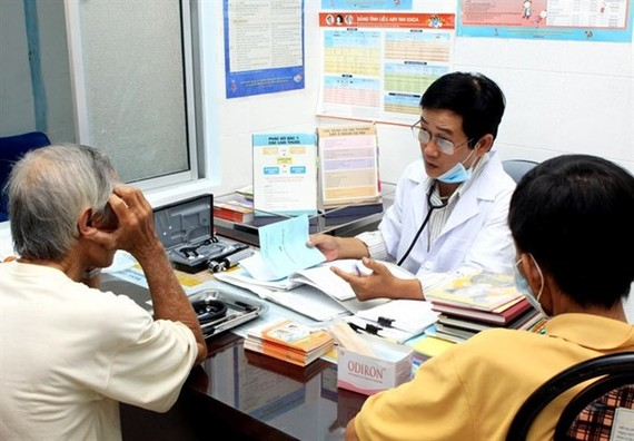 Health workers are counseling patients at a HIV/AIDS prevention and control centre in the southern province of Khánh Hòa. (Source:VNA)