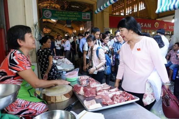 Supervisors pay visits to Ben Thanh Market (Photo: SGGP)