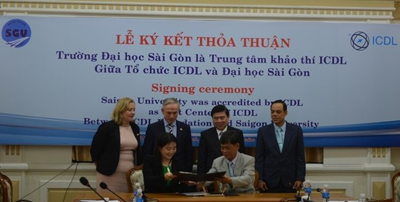 Scene at the signing ceremony between Sai Gon University and the International Computer Driving Licence (ICDL) Foundation (Photo: sgu.edu.vn )