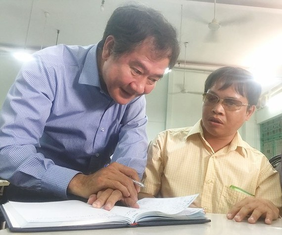 A representative from the Department of Health listens to Nguyen Van Thanh's opinion (SGGP)