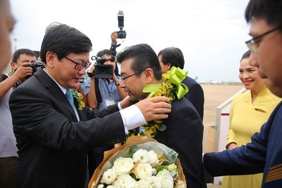Nguyen Truong Chinh, the 200 millionth passenger of Vietnam Airlines, was welcomed at Tan Son Nhat International Airport (Source: Vietnam Airlines)