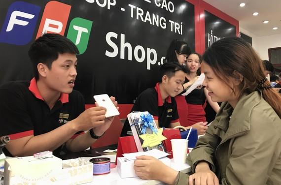 Nhân viên FPT Shop giao máy cho khách hàng