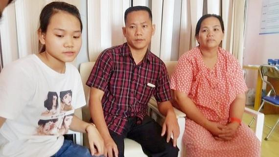 Vợ chồng anh T. chị S.(bìa phải) đang chia sẻ với bác sĩ