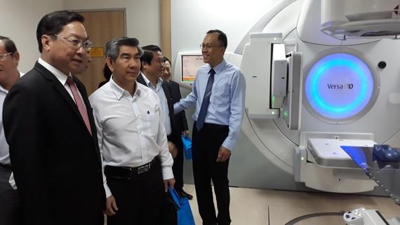 PGS.TS Nguyễn Tấn Bỉnh, Giám đốc Sở Y tế TPHCM tham quan hệ thống gia tốc xạ trị - xạ phẫu đa năng lượng VERSA HD