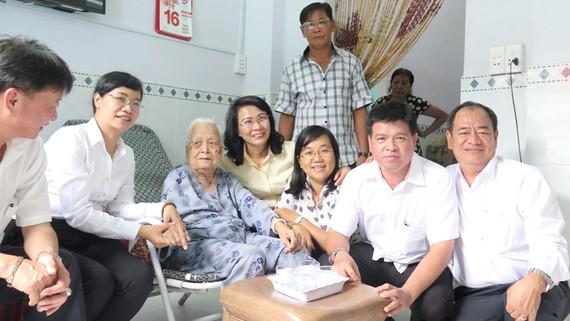 Đoàn lãnh đạo TPHCM thăm hỏi Mẹ Việt Nam Anh hùng Đào Thị Nhành (ngụ huyện Nhà Bè, TPHCM)