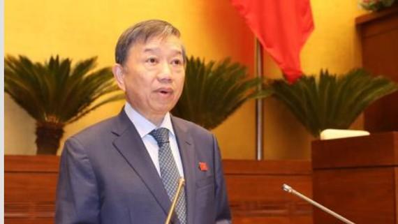 Bộ trưởng Bộ Công an Tô Lâm, thừa ủy quyền của Thủ tướng Chính phủ, trình bày Tờ trình dự án Luật An ninh mạng. Ảnh: TTXVN