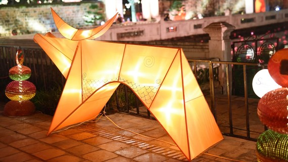 Ngỡ ngàng với tác phẩm đèn con trâu trong lễ hội đón trăng