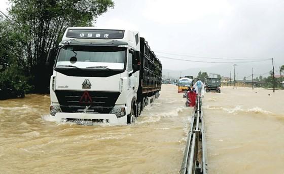Bão, lũ vừa qua đã gây thiệt hại nặng nề cho các tỉnh miền Trung nên rất cần sự chung tay của toàn xã hội để giúp đỡ người dân khắc phục hậu quả sau bão