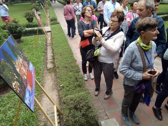 Du khách tham quan khu trưng bày tại triển lãm ảnh Thu Vọng Nguyệt