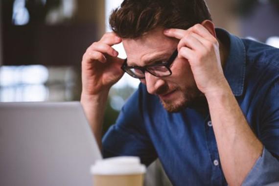 Nhìn liên tục trước màn hình thiết bị điện tử sẽ khiến mắt bạn mệt mỏi và ảnh hưởng đến sức khỏe