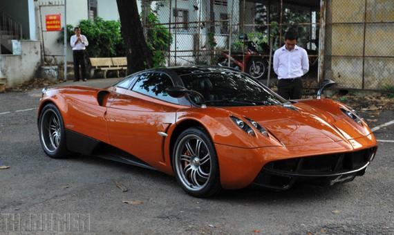 Siêu xe Pagani Huayra xuất hiện trên phố khi được đưa đi đăng ký biển số tại TP.HCM.